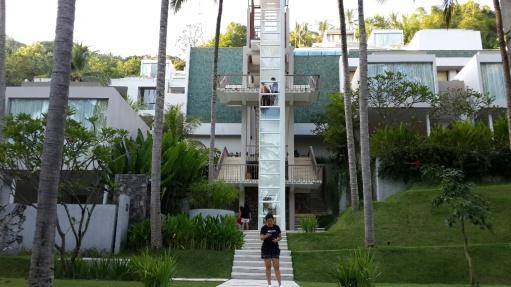 itu yang langsing di belakang..adalah...lift menuju resto dan kolam renang
