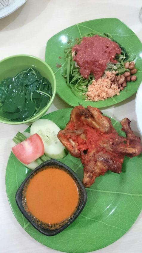 standar bahagia di Lombok...ayam taliwang dan plecing kangkung