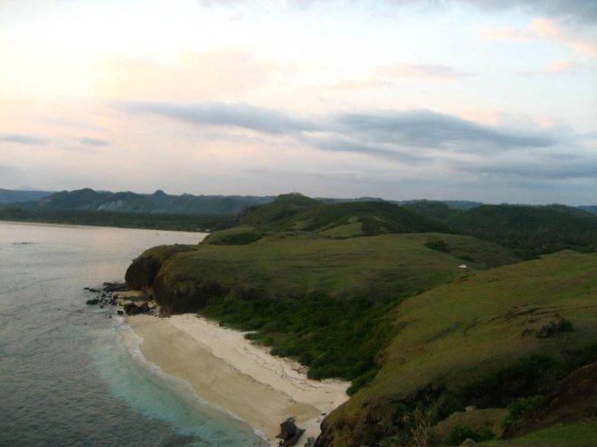 pantai yang di bawah itu yang berpasir merica