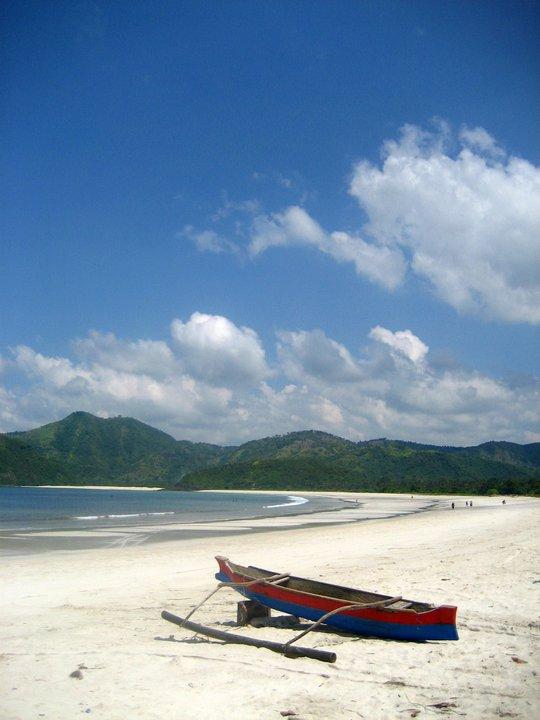 pasir putih dan garis pantai yang panjang